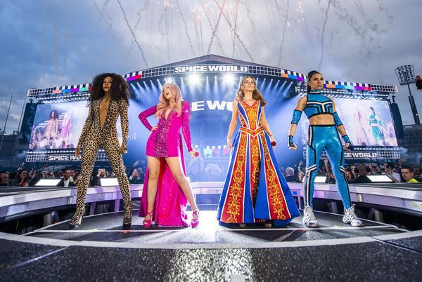 361758_883216_sg_dublin_timms_0003_web_ Spice Girls brilham em figurinos com cristais Swarovski em turnê mundial